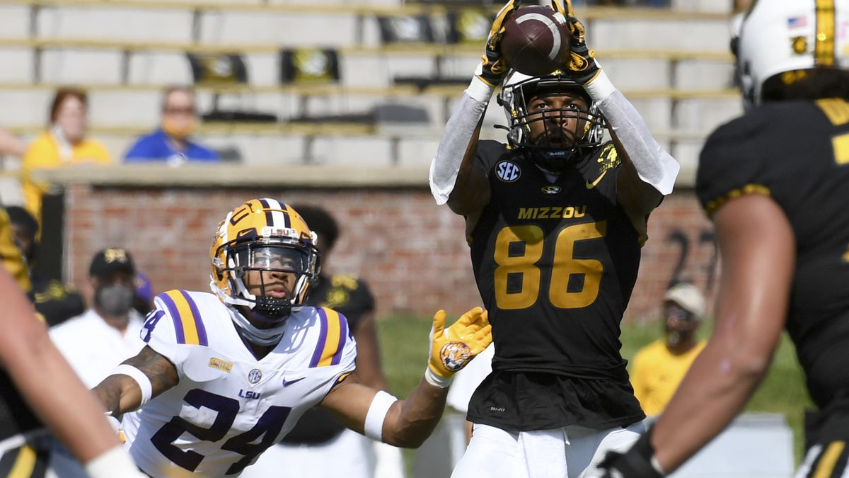 Missouri wide receiver Tauskie Dove (86) catches a pass as LSU cornerback Derek Stingley Jr....