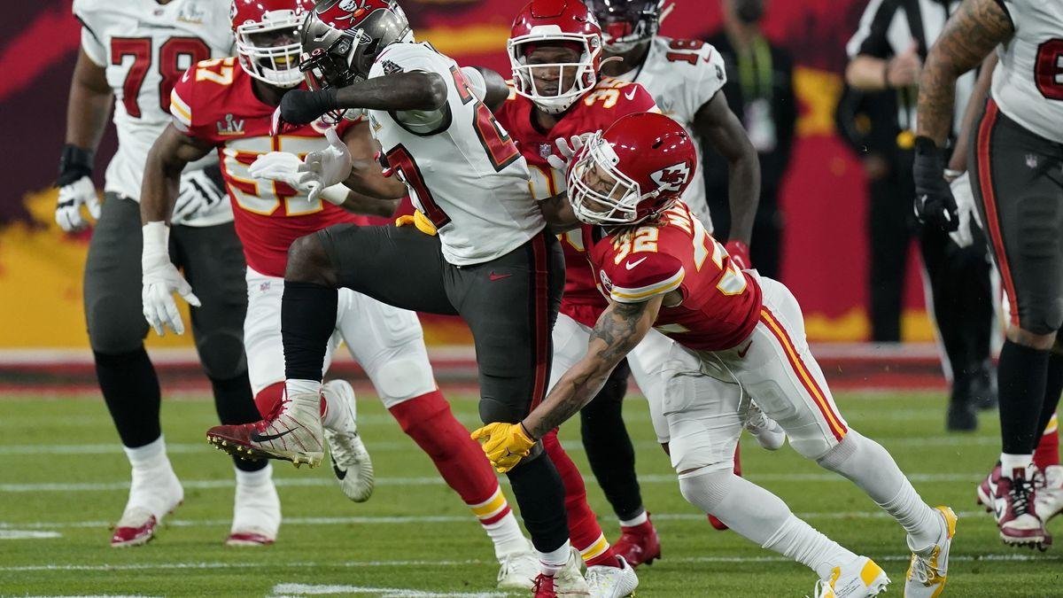 Kansas City Chiefs strong safety Tyrann Mathieu tackles Tampa Bay Buccaneers running back...