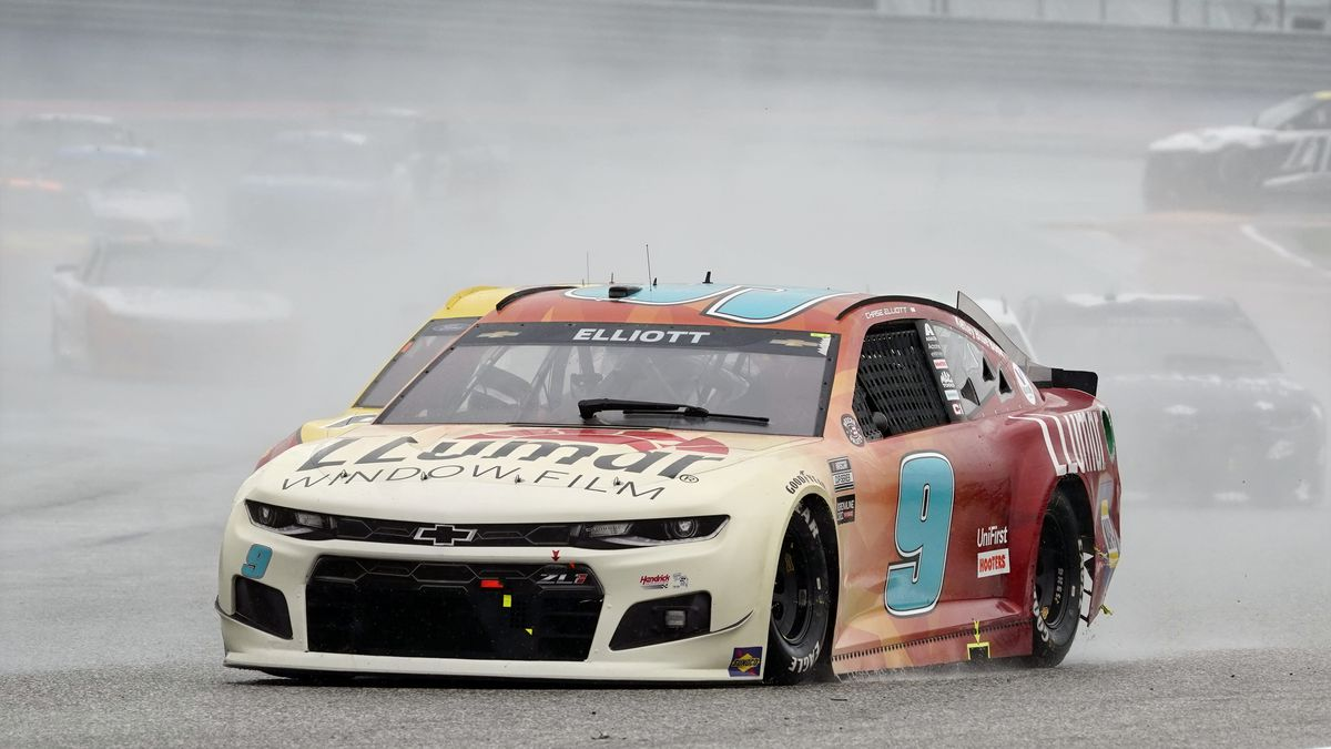 Chase Elliott (9) leads cars into Turn 13 during a NASCAR Cup Series auto race at Circuit of...
