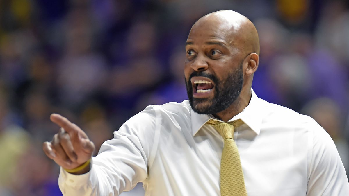 Missouri head coach Cuonzo Martin shouts instructions to his players in the second half of an...