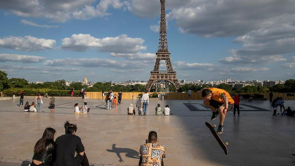 People stroll at Trocadero square near the Eiffel Tower in Paris, Monday, May 25, 2020, as France gradually lifts its Covid-19 lockdown. In Paris, where all city parks remain closed, residents stroll along the Seine river and outside the Tuileries Gardens. (AP Photo/Michel Euler)