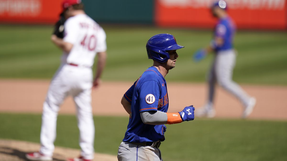 New York Mets' Jeff McNeil jogs in to score on a bases-loaded walk by St. Louis Cardinals...