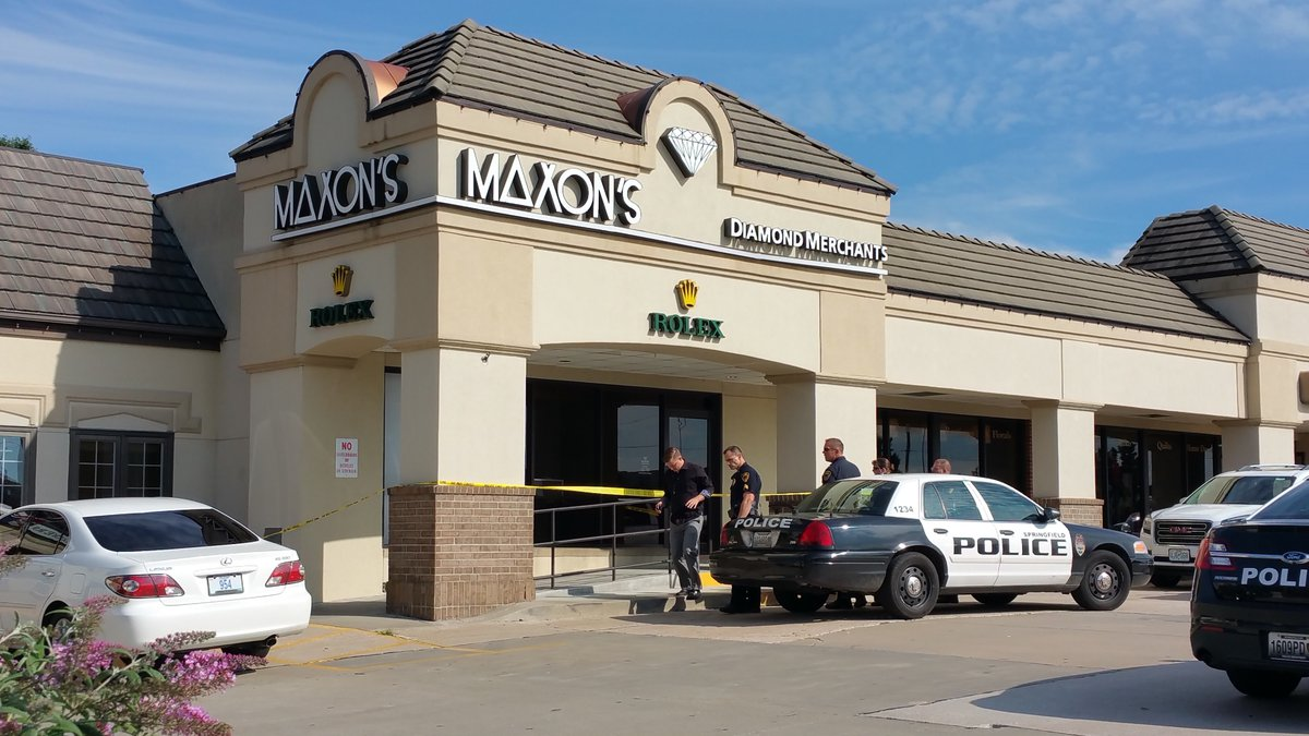 Police investigate a smash-and-grab robbery at Maxon's Diamond Merchants on Sept. 1, 2016....